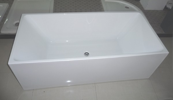 Square freestanding bath displays in the showroom